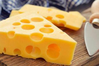 Зачем сыру дырки, и почему в дорогом швейцарском продукте их становится все меньше