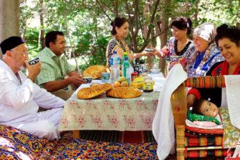 Без вилок и кроватей: почему у узбеков принято есть плов руками и спать на полу