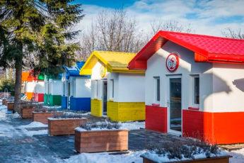 Как выглядит «Собачья деревня» в Польше, где есть дома, в них — кровати и кондиционеры